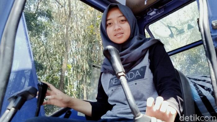 Sosok Devita Wati (22) sempat mencuri atensi publik. Pasalnya gadis asal Klaten itu bekerja sebagai operator ekskavator di lereng Gunung Merapi.