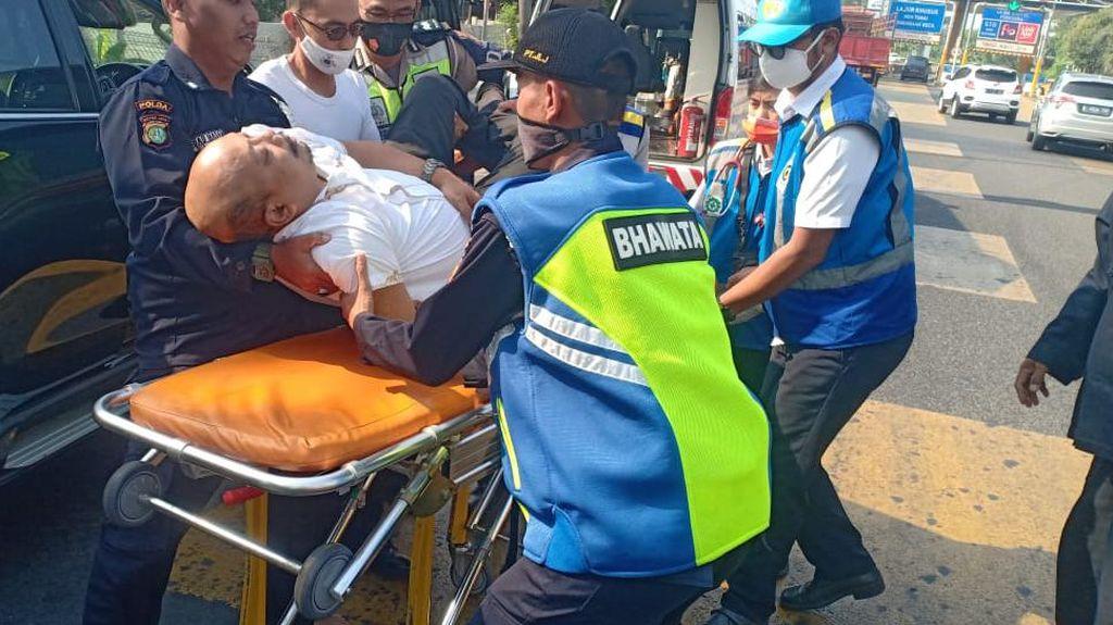 Polantas Bantu Evakuasi Pengendara Mobil yang Pingsan di GT Bintara Bekasi