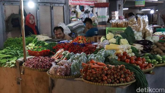 Harga komoditas sayuran di sejumlah pasar tradisional di Kota Bandung merosot tajam. Penurunan harga ini terjadi sudah hampir dua bulan. Seperti yang terjadi di Pasar Kosambi, Kota Bandung, Kamis (27/8/2020).