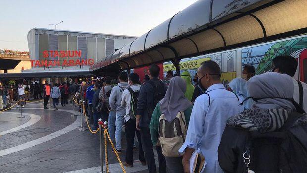 Kapolda Metro pantau penerapan protokol kesehatan di Stasiun Tanah Abang