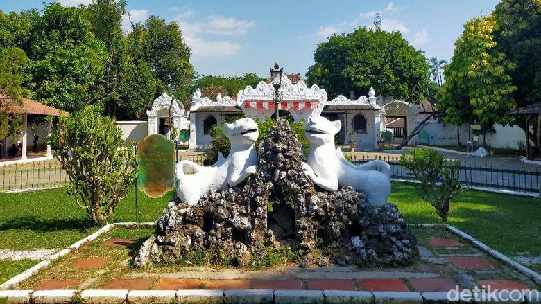 Cirebon memiliki berbagai Keraton yang menyimpan unsur sejarah dan budaya kota ini. Salah satunya yaitu Keraton Kasepuhan Cirebon.