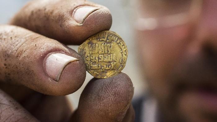 Beberapa remaja Israel yang menjadi relawan di situs penggalian di Israel tengah menemukan 425 koin emas berusia 1.100 di dalam satu tembikar. Koin-koin ini ditemukan di kawasan yang dulu menjadi bagian dari Kekhalifahan Abbasiyah.