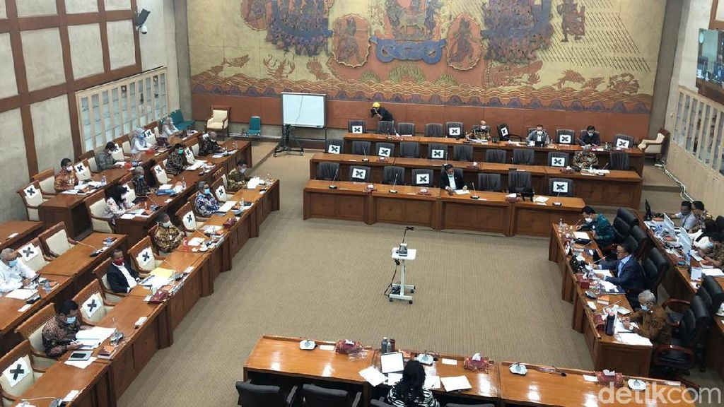 Komisi VI Sebut Dirut Garuda Positif COVID di Luar DPR, Tetap Lockdown Sepekan