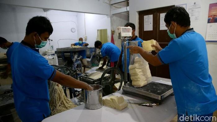 Dalam satu hari, pabrik milik Samino ini bisa memproduksi hingga 1,5 ton mie, namun disaat pandemi hanya memproduksi 1 ton mie.