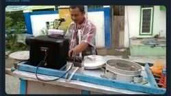 Sambil Nyanyi dan Pasang Musik Dugem, 5 Cara Nyentrik Penjual Makanan