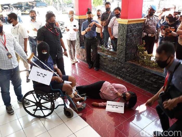 Pembunuhan sekeluarga di Sukoharjo direkonstruksi di Polres Sukoharjo, Kamis (27/8/2020).