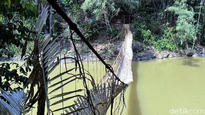 Tali seling jembatan gantung di kawasan Sukabumi, putus pada Senin (24/8) lalu. Akibatnya 11 orang terjatuh ke sungai.