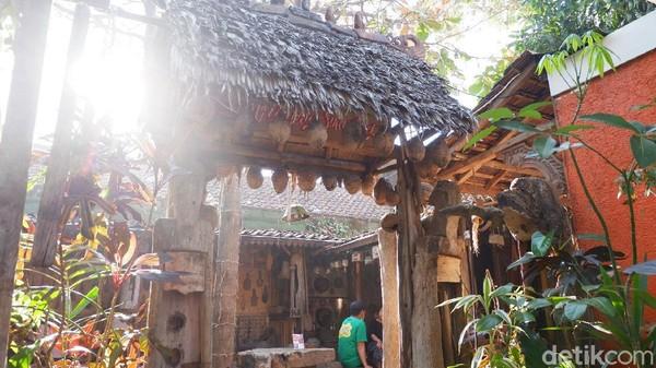 Saat masuk ke area Rumah Budaya (studio dan cafe) pengunjung akan disambut dengan gapura dari kecil yang berhiaskan ukiran kayu.