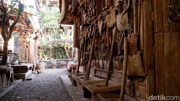 Desain interior disatukan dengan artefak khas Jawa dan peralatan petani. Meja dan kursi yang digunakan untuk pengunjung juga terbuat dari batu dan kayu.