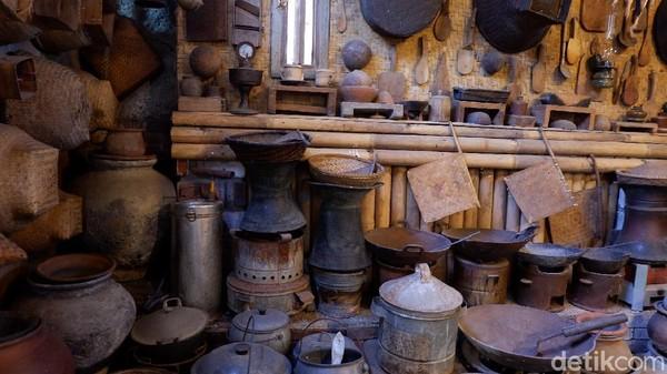 Kayu yang digunakan murni dari kayu jati dibuat dan diukir sendiri dengan keterampilan alami pembuatnya. Selintas terlihat seperti di Yogyakarta karena beberapa barang antik yang di pajang disetiap penjuru cafe dan studio sekitar 60% dari Jawa Tengah. Tapi ada juga yang dari Jawa Barat dan Jawa Timur.