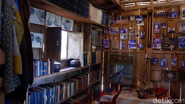 Selain bisa menikmati berbagai macam sajian makanan dan kopi, pengunjung juga bisa menikmati berbagai karya lukisan dan barang antik yang dipajang. Di bagian lantai dua terdapat perpustakaan pribadi yang kental akan budaya dan nuansa peninggalan sejarah.