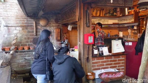 Untuk menuju lokasi wisata budaya ini, pengunjung tidak dikenakan tarif masuk hanya membayar parkir dan jika berminat membeli makanan dan minuman serta kopi di Cafe Studio Rosid. Harga makanan dan minuman sangat terjangkau mulai dari Rp 8 ribu.