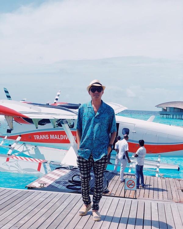 Di tengah kesibukannya di Maldives, alm Barli berfoto sejenak di depan pesawat amfibi, tepatnya di St Regis Maldives Vommuli Resort. (Barli Asmara/Instagram)
