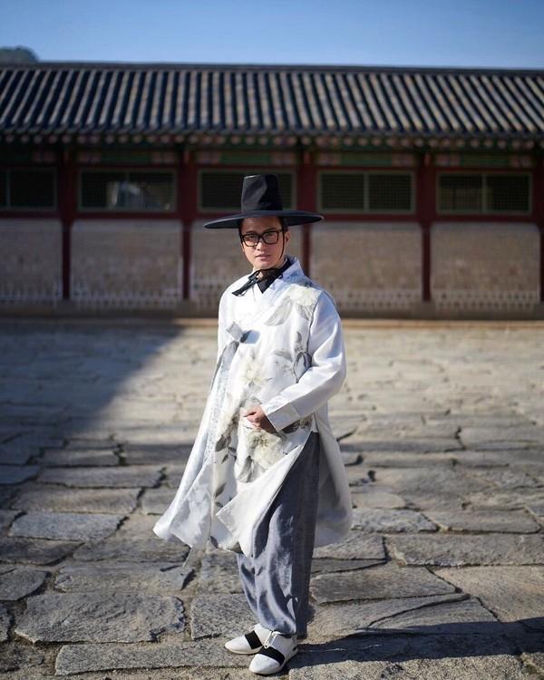 Untuk mengenal budaya Korsel lebih dalam, alm Barli menyewa han bok dan berkeliling di Gyeonngbokgung Palace. (Barli Asmara/Instagram)