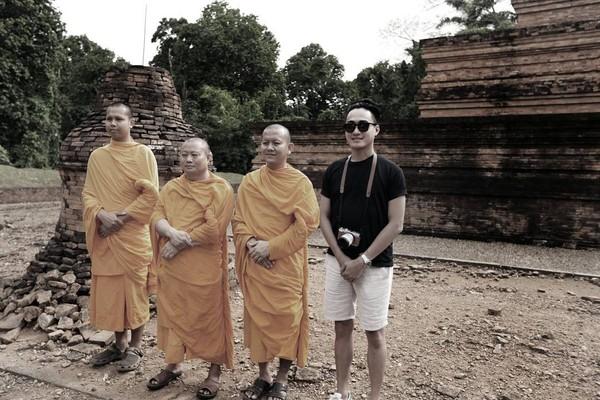 Alm Barli juga main ke Candi Muaro Jambi dan bertemu dengan para biksu di sana. (Barli Asmara/Instagram)