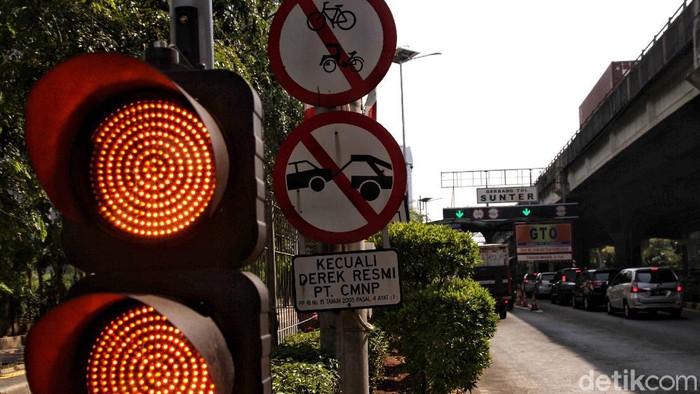 Surat permintaan Gubernur DKI Jakarta pada Menteri PUPR agar satu ruas jalan tol bisa dilalui untuk jalur sepeda menuai kontroversi. Seperti apa risikonya?