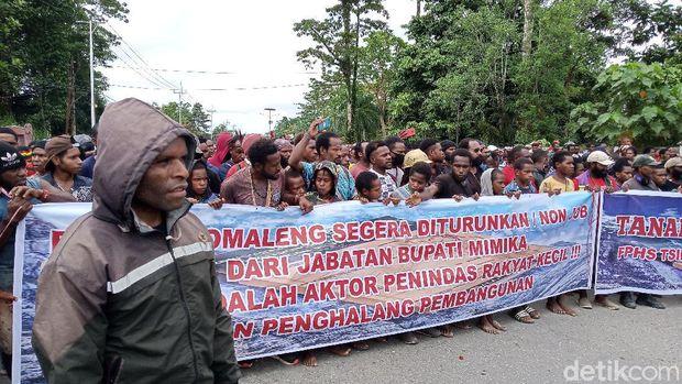 Warga demo kantor Bupati Mimika soal Freeport.