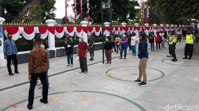 Presiden Joko Widodo bagikan seribu paket sembako pada warga Yogyakarta. Pembagian itu dilakukan di Gedung Agung dengan terapkan protokol kesehatan.