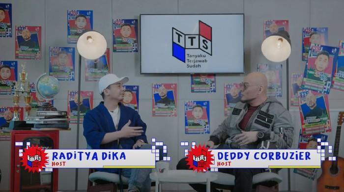 Raditya Dika dan Deddy Corbuzier dalam tayangan YouTube CXO Media.