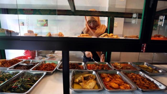 Di tengah pandemi COVID-19 ini, sebuah Warteg di Jalan Jati Waringin Raya, Jakarta, menebar kebaikan. Mereka memberikan makan gratis bagi warga yang berpuasa.