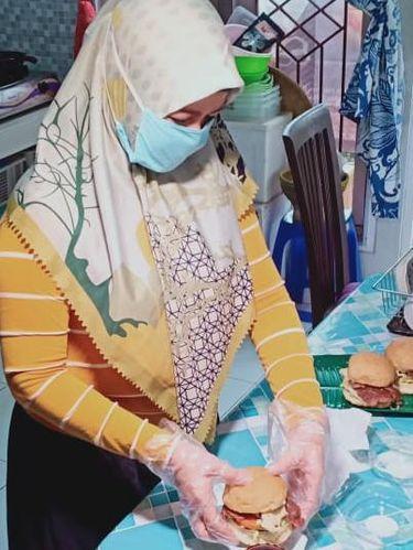 Feli Katri lukitasari saat membuat burger