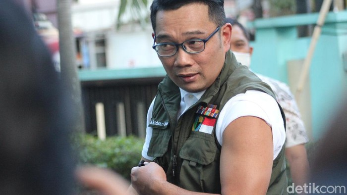 Gubernur Jabar Ridwan Kamil usai disuntik vaksin.