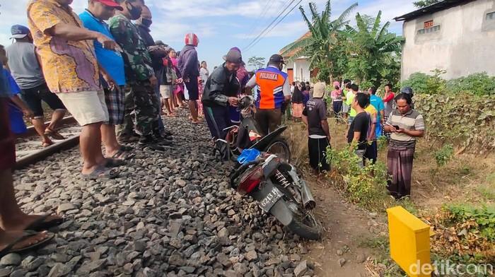 Seorang buruh tani tewas tertabrak kereta api di perlintasan tanpa palang pintu di Kelurahan Kebonsari Wetan, Kota Probolinggo. Korban diduga kurang hati-hati saat melintas dengan sepeda motor.
