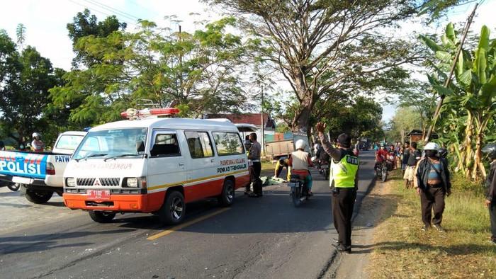 Seorang pelajar asal Tulungagung tewas setelah bertabrakan dengan truk pengangkut batu di jalan Raya Durenan-Bandung, Trenggalek. Korban mengendarai sepeda motor.