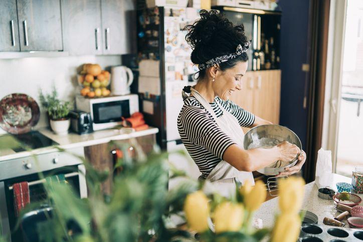 Kegiatan membuat kue dan roti (baking)