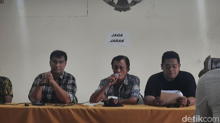 Ketua DPD Golkar Sleman Janu Ismadi (tengah) memberikan keterangan soal mundurnya 11 PK Golkar Sleman di kantor DPD Golkar Sleman, Jumat (28/8/2020)
