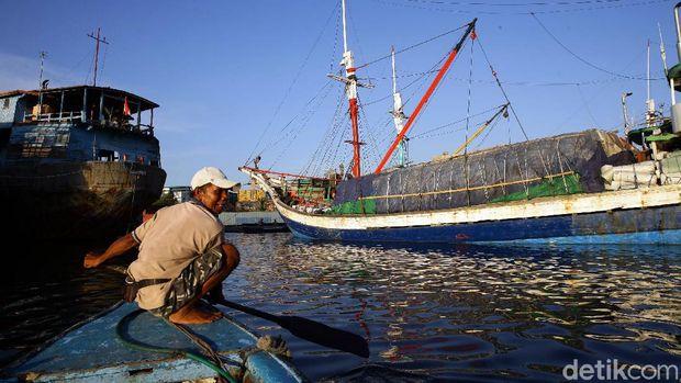 Pelabuhan Sunda Kelapa tampak ramai oleh aktivitas warga di sore hari. Ada yang sibuk melakukan bongkar muat dari kapal atau menikmati sore dengan bermain air.
