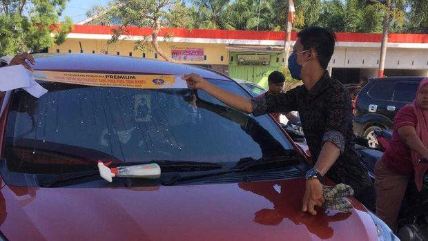 Pemasangan stiker sindiran bagi pengguna bbm subsidi di Aceh.