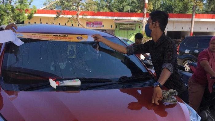 Penampakan mobil yang menempel stiker khusus untuk isi BBM Premium