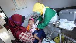 Tidak memberikan imunisasi pada anak sama bahayanya jika terkena virus Corona COVID-19.