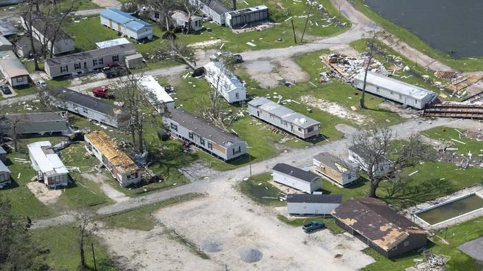 Badai Laura menerjang negara bagian Louisiana, Amerika Serikat. Badai ini menghancurkan berbagai macam bangunan.