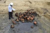 Tak hanya kerangka manusia, di area pemakaman itu juga ditemukan sekitar 350 guci dan ossuarium.Di sana juga ditemukan benda-benda lainnya seperti koin, hiasan kepala, sisir, tasbih Buddha, cangkir sake, dan boneka tanah liat yang dikuburkan bersama jenazah. (Foto: Osaka City Cultural Properties Association via AP)