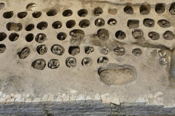 Pada kerangka manusia yang kali ini ditemukan, terlihat adanya bekas luka yang mengindikasikan bahwa mereka merupakan korban epidemi yang terjadi di wilayah tersebut.Pada penemuan ini juga terlihat bahwa kerangka manusia ditempatkan di lubang berukurang kecil. Tubuh jenazah diletakkan secara bertumpuk saat dikubur. (Foto: Osaka City Cultural Properties Association via AP)