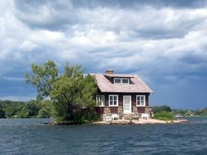 Penampakan Satu-satunya Rumah di Pulau Terkecil di Dunia, Unik atau Seram?
