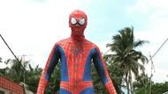 Viral Spider-Man Jualan Petai Pakai Mobil Sedan