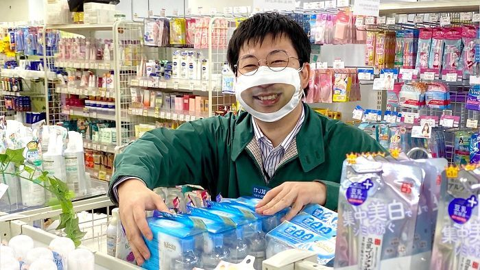 toko jepang dengan masker senyum