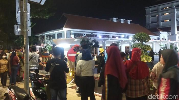Surabaya zona merah COVID-19. Namun banyak warga yang malam mingguan (malmingan) di Alun-alun Suroboyo.