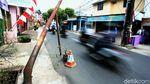 Bahaya! Ada Tiang Utilitas Bengkok Menjulur ke Jalan di Cipayung