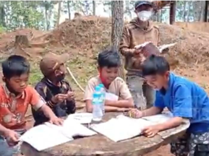 Puluhan murid Sekolah Dasar Negeri (SDN) 005 Rantebuda, Desa Tondok Bakaru, Kecamatan Mamasa, Kabupaten Mamasa, mengikuti proses belajar secara luring di alam terbuka. Cara ini dipilih, lantaran masih banyak murid di daerah ini, tidak memiliki fasilitas handphone, untuk menunjang proses belajar daring (dalam jaringan).