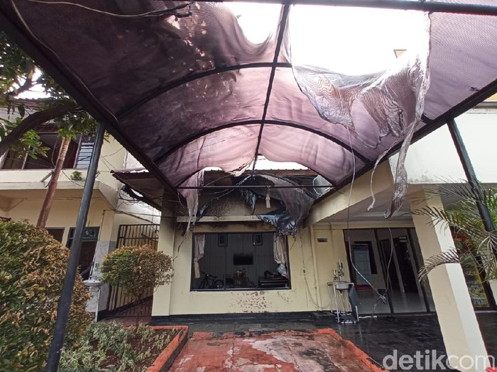 Kerusakan di Polsek Ciracas usai penyerangan yang dilakukan 100 orang tak dikenal (Jehan/detikcom)