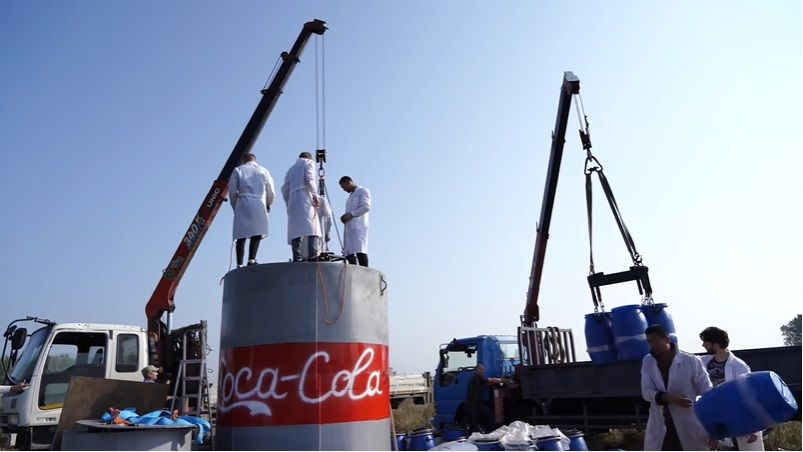 YouTuber Rusia Ledakkan 10.000 Liter Cola Campur Baking Soda