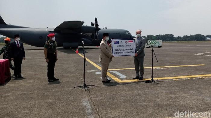 Menhan Prabowo menerima bantuan 30 alat kesehatan dari pemerintah Australia yang diwakilkan Wakil Dubes Australia untuk Indonesia Allaster Cox (Kadek Melda/detikcom)