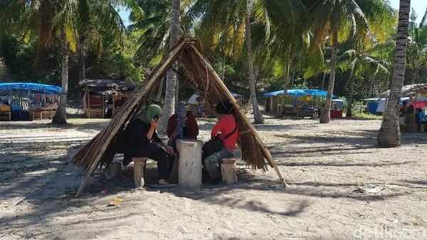 Proses pembuatan minyak kelapa di lakukan ibu-ibu di sekitar Pantai Labuang. (Abdy Febriady/detikTravel)