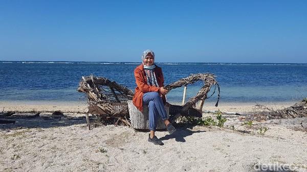 Pengunjung duduk santai di salah satu spot di kawasan wisata Pantai Labuang. (Abdy Febriady/detikTravel)