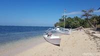 Perahu nelayan, salah satunya perahu Sandeq, khas Suku Mandar berlabuh di Pantai Labuang. (Abdy Febriady/detikTravel)