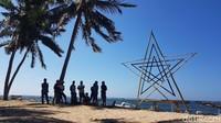 Pengunjung di Pantai Labuang (Abdy Febriady/detikTravel)